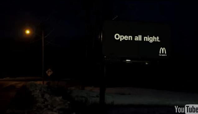 Valla de McDonalds noche