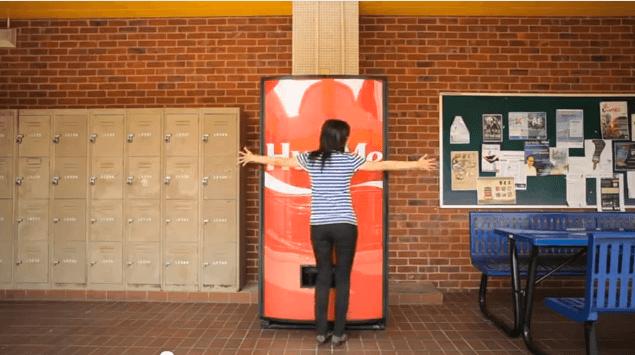 La máquina de los abrazos de Coca-Cola en el blog de telling