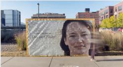 Una valla publicitaria hecha de cupones descuento