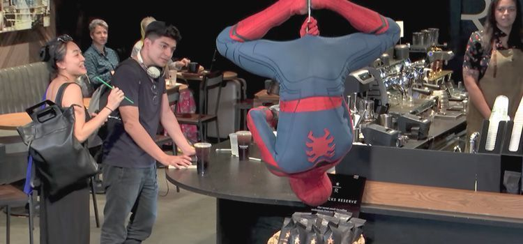 Spider-man tomando café en Starbucks