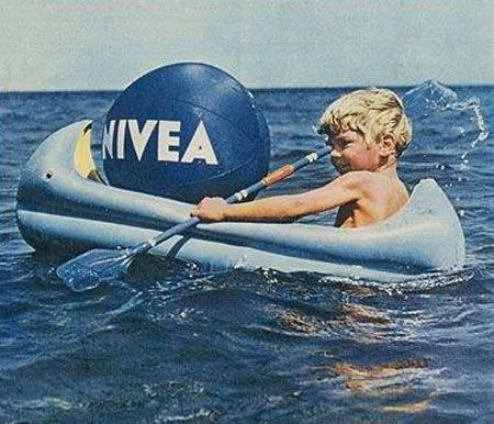 Pelota de Nivea en la playa