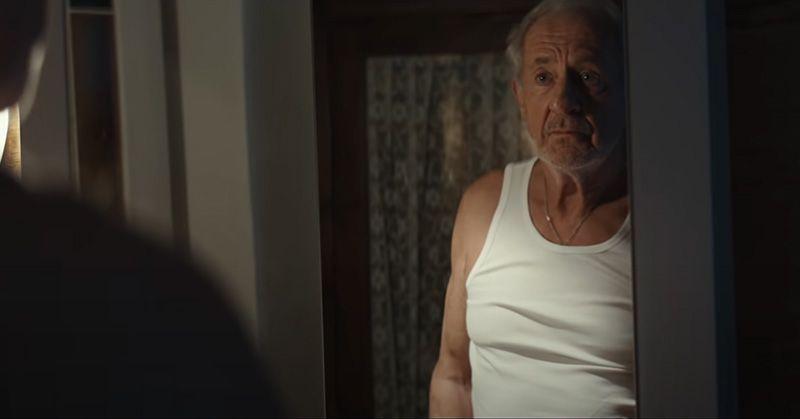 Anuncio del abuelo levantando pesas